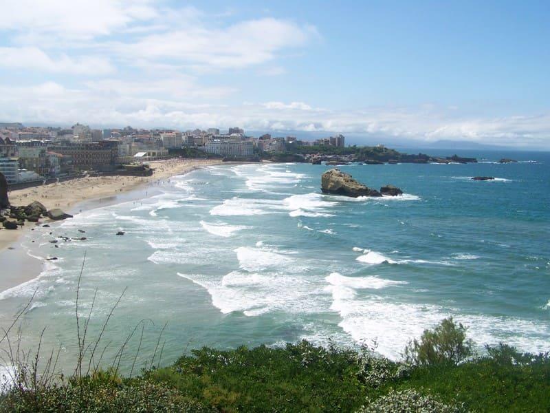 Biarritz, une destination en bord de mer où l'on peut se baigner et surfer !