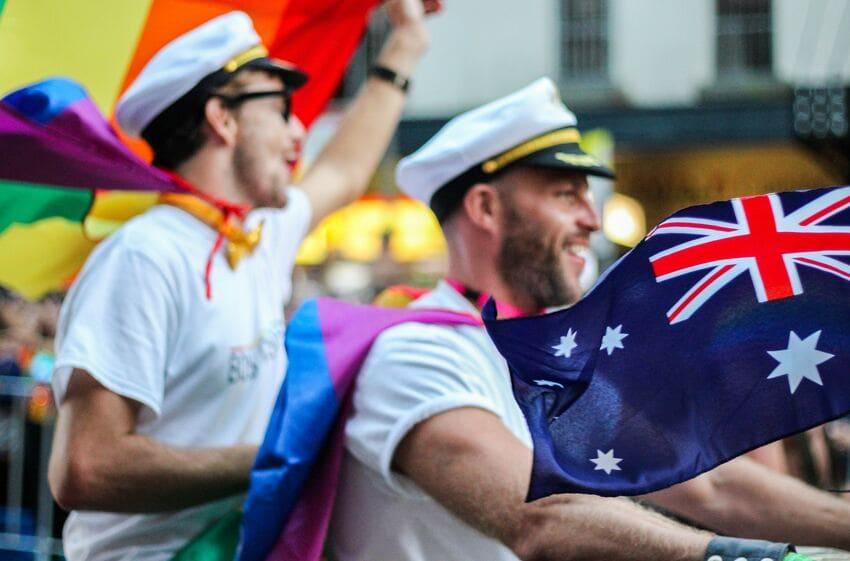 partir en Australie : hommes et drapeau australien