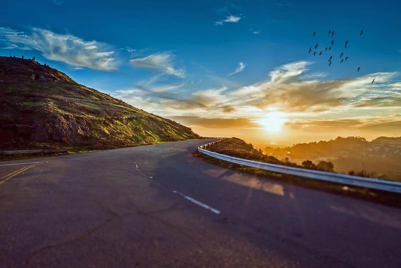 Comment organiser un voyage - route ensoleillée