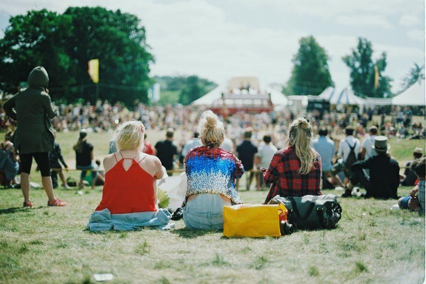 partir en festival / festivaux : vêtements et femmes assises sur l'herbe