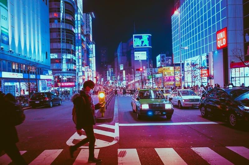 voyage au japon : rue japonaise et passants