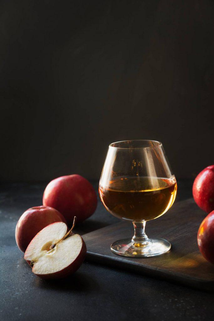 jus de pomme dans un verre et pommes coupées